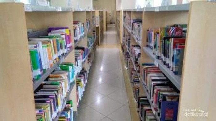 Ada ribuan judul koleksi buku yang tersimpan