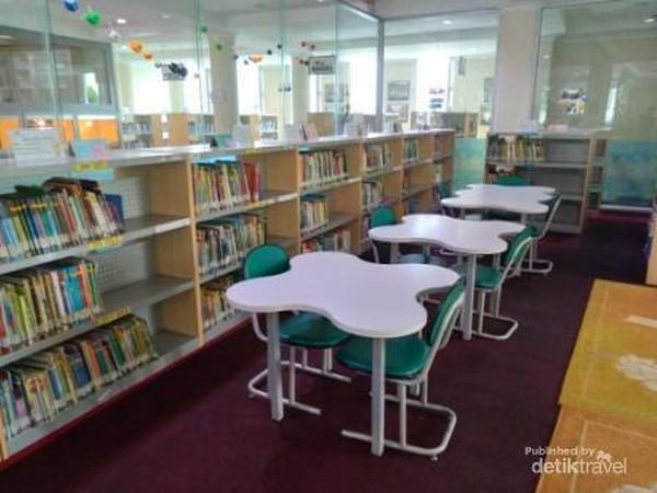 Ruang baca anak yang menyenangkan bagi dan penuh warna di Perpustakaan Proklamator Bung Hatta