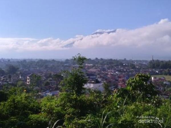Pemandangan Kota Bukittinggi terlihat dari ketinggian di halaman Perpustakaan Proklamator Bung Hatta