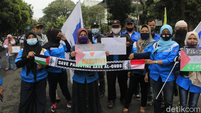 Buruh di Jabar gelar aksi solidaritas untuk Palestina di depan Gedung Sate