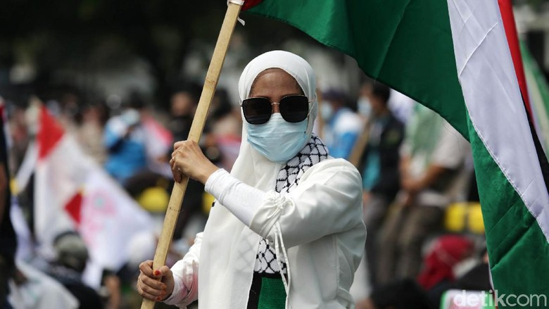 Massa buruh Konfederasi Serikat Pekerja Indonesia (KSPI) menggelar aksi solidaritas Palestina. Aksi itu berlangsung di Kedubes Amerika Serikat, Jakarta.