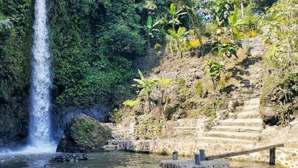 Curug Cigetruk ini berjarak sekitar 20 kilometer dari pusat pemerintahan Kabupaten Cirebon. Karena masih proses penataan, lahan parkir di Curug Cigetruk masih terbatas. (dok. Pengelola Curug Cigetruk)