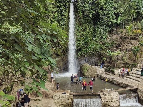 Inilah curug Cigetruk yang sedang ngehits di Cirebon. Belum banyak orang yang tahu akan keberadaan curug ini karena lokasinya berada di perbatasan antara Cirebon, Majalengka, dan Kuningan. (dok. Pengelola Curug Cigetruk)