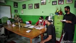 Nakes melakukan swab antigen di perumahan RW 10, Sunter Jaya, Jakarta Utara, Selasa (18/5) sebagai antisipasi penyebaran COVID-19 bagi pemudik yang tiba.