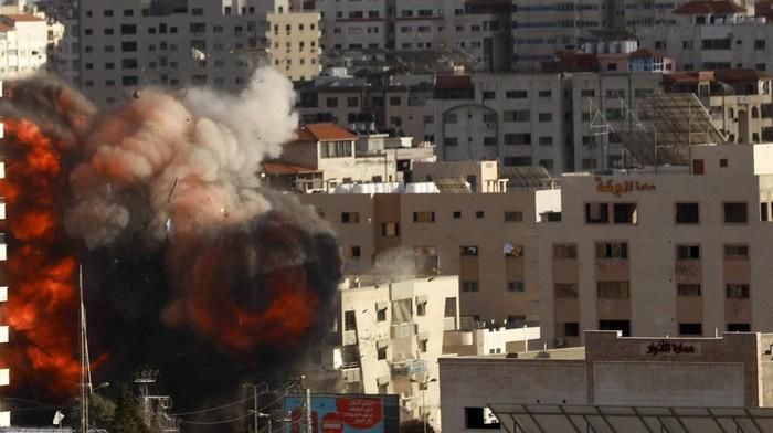 Israel terus menggempur jalur Gaza. Sejumlah bangunan pun rusak parah akibat hantaman roket tersebut.
