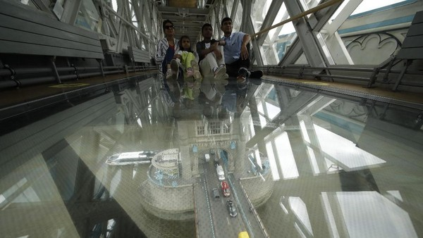 Sebuah jembatan yang terbuat dari kaca ada di Tower Bridge, ikon ibu kota Inggris, London. Para pengunjung dapat melihat pemandangan lalu lintas di bawahnya.