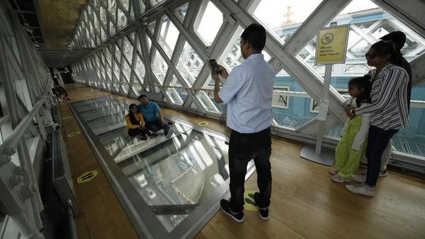 Lintasan kaca itu dibangun dengan dana £1 juta dan memiliki panjang 11 meter.