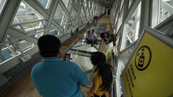 Jembatan kaca ini diresmikan pada tahun 2014 dan hingga kini masih menjadi daya tarik bagi wisatawan domestik maupun internasional.
