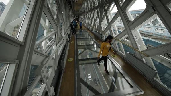 Sejumlah wisatawan dapat menguji keberanian mereka dengan berjalan diketinggian 42 meter yang menghubungkan dua menara di atas Sungai Thames.
