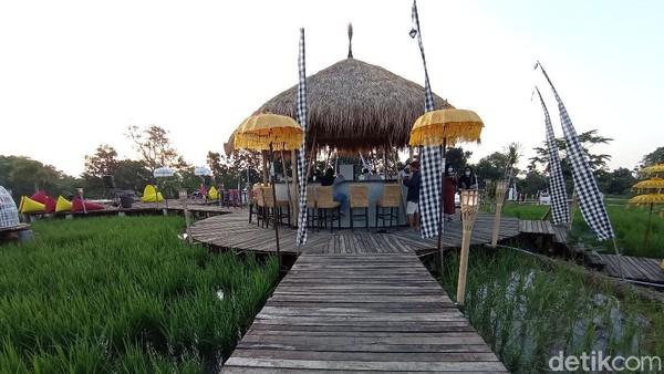Kampung Sabin adalah destinasi anyar di Kabupaten Cirebon, Jawa Barat. Kampung Sabin merupakan destinasi wisata kuliner dan swafoto yang bernuansa Bali banget. Istilahnya, Bali Vibes banget! (Sudirman Wamad/detikTravel)