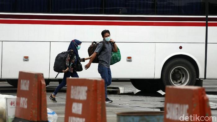 Terminal Kampung Rambutan kembali beroperasi setelah sempat ditutup karena aturan larangan mudik 2021. Kini terminal di Jakarta Timur itu kembali ramai pemudik.
