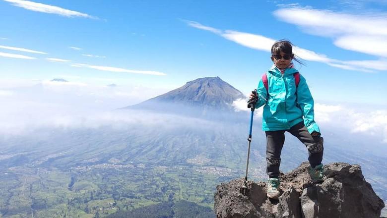 Keren! Bocah 10 Tahun Asal Cimahi Jajal 10 Gunung di Indonesia