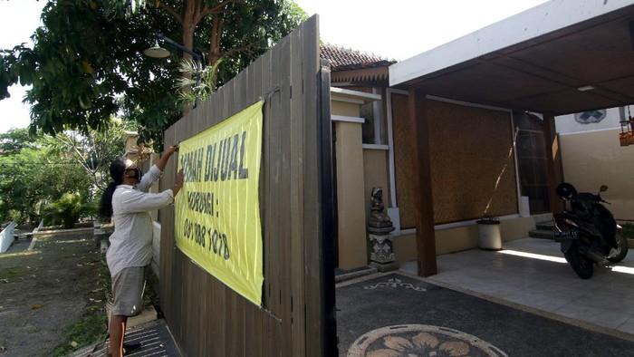 Penjaga memasarkan rumah melalui pasar digital di Perumahan Puri Brawijaya, Banyuwangi, Jawa Timur, Selasa (17/5/2021). Rumah singgah (Homestay) berukuran 250 meter persegi yang berkonsep perpaduan rumah Osing dengan ornamen Bali itu, dijual Rp750 juta sedangkan 50 persen hasil penjualannya akan didonasikan untuk Palestina. ANTARA FOTO/Budi Candra Setya/hp.