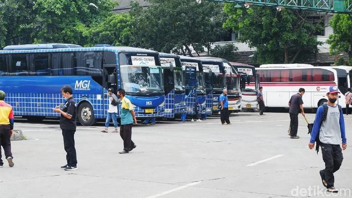 Terminal bus Leuwi Panjang kembali beroperasi setelah masa larangan mudik berakhir. Meski begitu, pemerintah memutuskan untuk memperpanjang masa pengetatan perjalanan hingga 24 Mei 2021 mendatang.