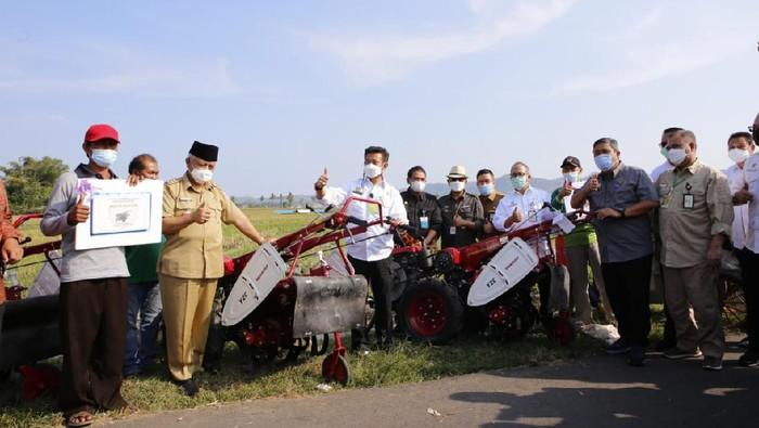 Petani di Desa Kanigoro, Kecamatan Pagelaran, Kabupaten Malang menerima bantuan alat dan mesin pertanian (Alsintan) dari Presiden Joko Widodo.