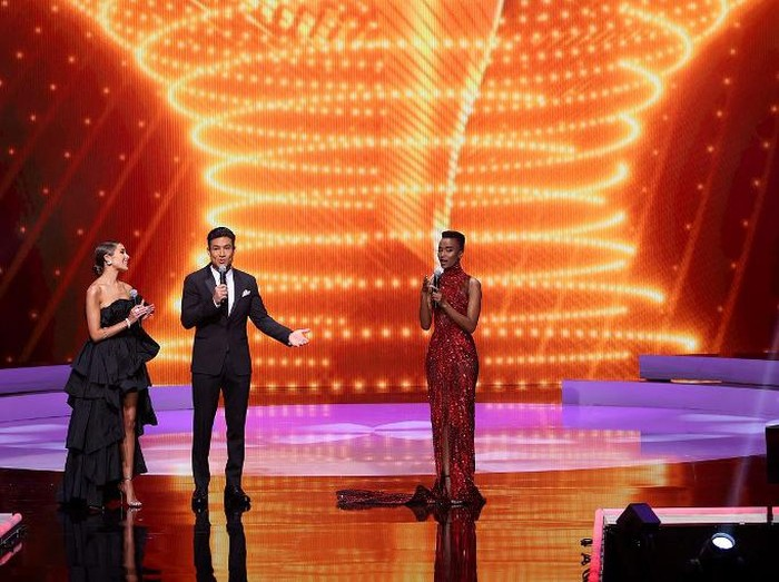 HOLLYWOOD, FLORIDA - MAY 16: Olivia Culpo, Mario Lopez and Miss Universe 2019 Zozibini Tunzi speak onstage at the 69th Miss Universe competition at Seminole Hard Rock Hotel & Casino on May 16, 2021 in Hollywood, Florida.   Rodrigo Varela/Getty Images/AFP (Photo by Rodrigo Varela / GETTY IMAGES NORTH AMERICA / Getty Images via AFP)
