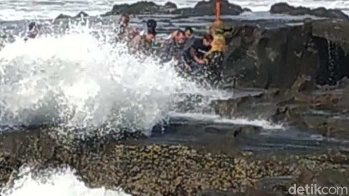 Pasutri nyaris kehilangan nyawa gegara terjatuh saat swafoto di pinggir pantai