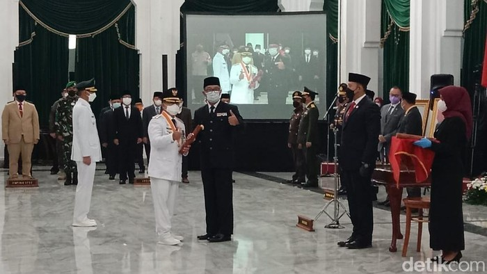 Pelantikan bupati-wakil bupati Cianjur di Gedung Sate, Bandung.