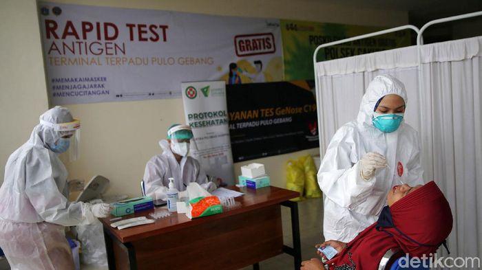 Penumpang bus AKAP yang akan mudik dan kembali dari kampung halaman antre menjalani tes cepat antigen di Terminal Terpadu Pulo Gebang,  Jakarta Timur, Selasa (18/5/2021). Penumpang yang hasil tesnya reaktif wajib menjalani isolasi mandiri di ruangan yang disediakan di terminal sebelum menjalani tes usap PCR dan dibawa ke rumah sakit bila positif Covid-19.