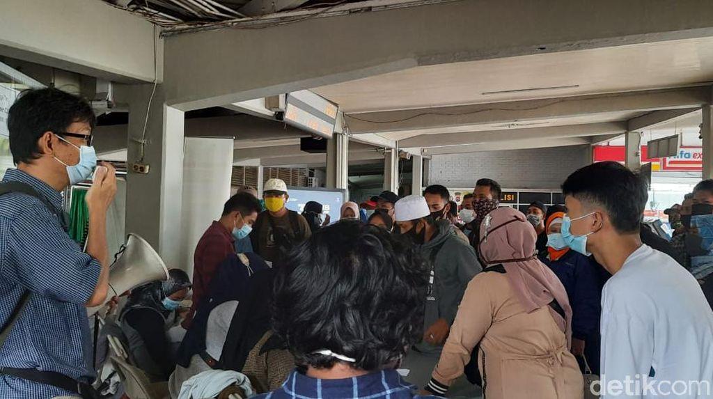 Larangan Mudik Berakhir, Pemudik ke Sumatera Padati Pelabuhan Merak