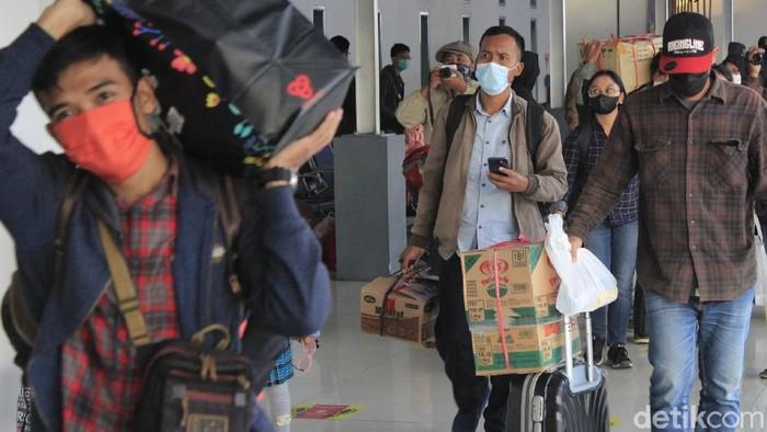 Aktivitas di Stasiun Kiaracondong Bandung  mulai bergeliat, satu hari setelah periode larangan mudik berakhir, Selasa (18/5/2021).