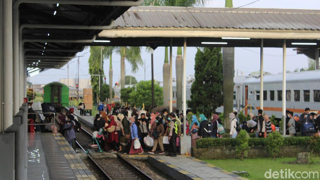 Larangan Mudik Berakhir, Ratusan Pemudik Tiba di Stasiun Kiaracondong