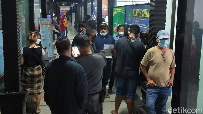 Penumpang ramai tes Genose di Pelabuhan Ketapang, polisi minta jaga jarak (Ardian/detikcom)
