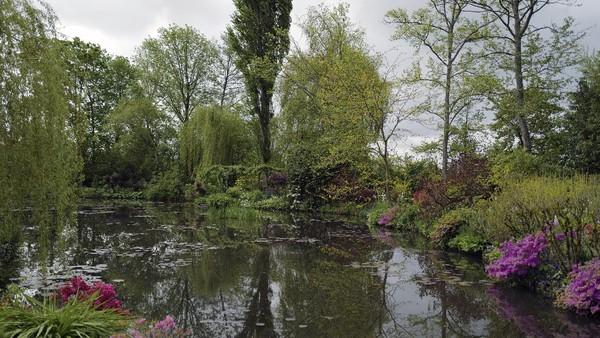Terdapat kolam luas dengan bunga lily yang mengapung serta jembatan lengkung dari kayu dicat warna hijau.