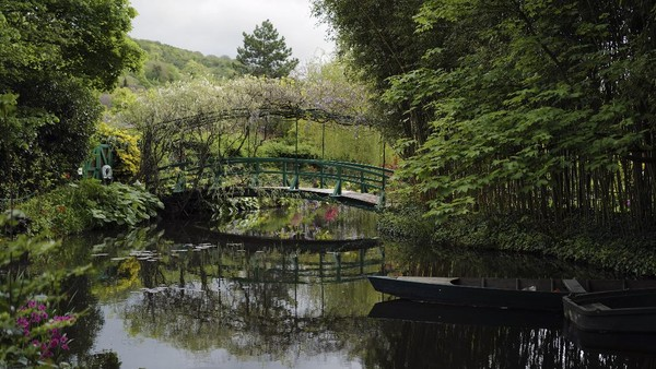 Taman air bergaya Jepang di rumah Claude Monet, pelukis impresionis Prancis di Giverny, barat Paris, Senin (17/5/2021) waktu setempat.