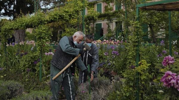Pada tahun 1890 setelah memiliki cukup uang, Monet membangun rumah dan menetap di Giverny hingga akhir hayatnya pada tahun 1926.