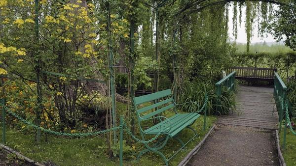 Di halaman rumah pink ini membentang kebun luas ditanami aneka bunga dan pepopohonan.