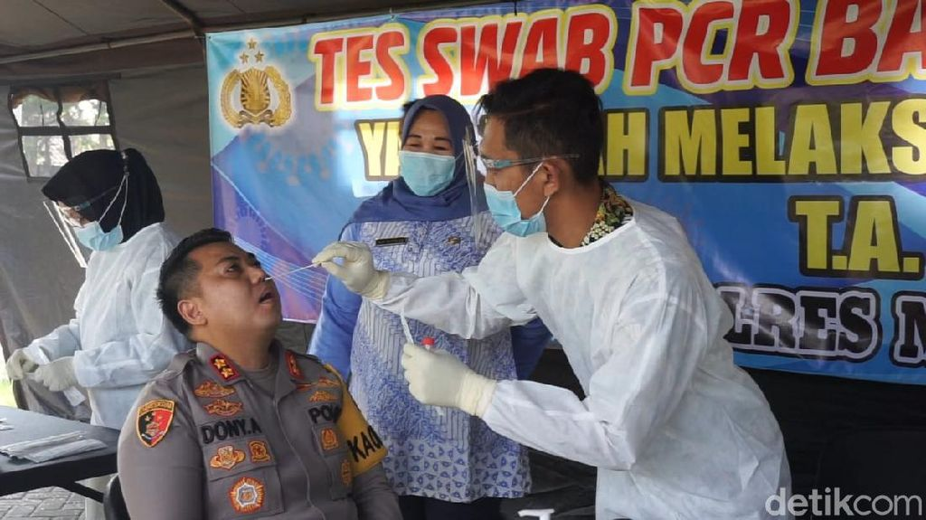 Ratusan Polisi yang Bertugas Sekat Pemudik di Mojokerto Tes Swab PCR