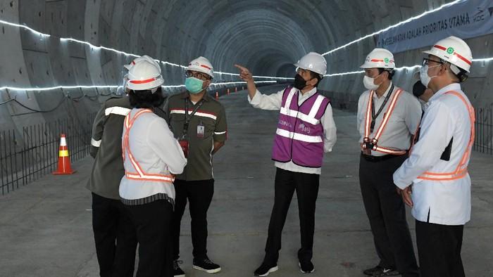 Presiden Joko Widodo (tengah) berbincang dengan Menko Maritim dan Investasi Luhut Binsar Pandjaitan (kedua kanan), Menkeu Sri Mulyani (kedua kiri) Gubernur Jawa Barat Ridwan Kamil (kanan) dan perwakilan PT KCIC saat meninjau pembangunan tunnel proyek kereta cepat di Bekasi, Jawa Barat, Selasa (18/5/2021). Kereta cepat Jakarta - Bandung ditargetkan dapat beroperasi pada akhir 2022. ANTARA FOTO/HO/Setpres-Kris/wpa/foc.