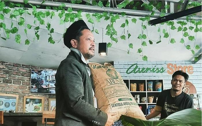 UMKM Areniss merupakan usaha yang bergerak dalam bidang produksi gula aren atau kawung hasil besutan Jo Santosa melalui CV Sentosa Andalan Wurmb.
