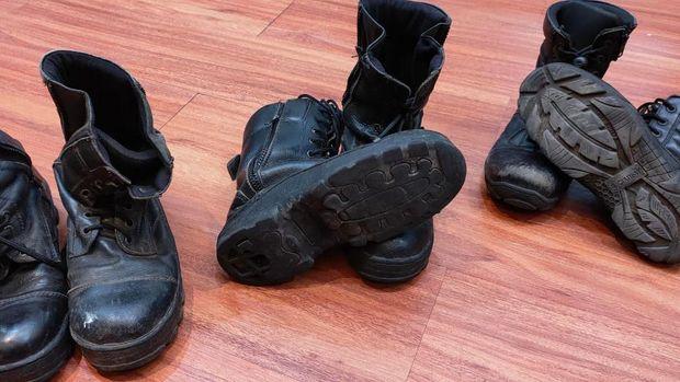 Salah satu bukti sepatu PDL yang diduga dikorupsi oleh Dinas Damkar Depok