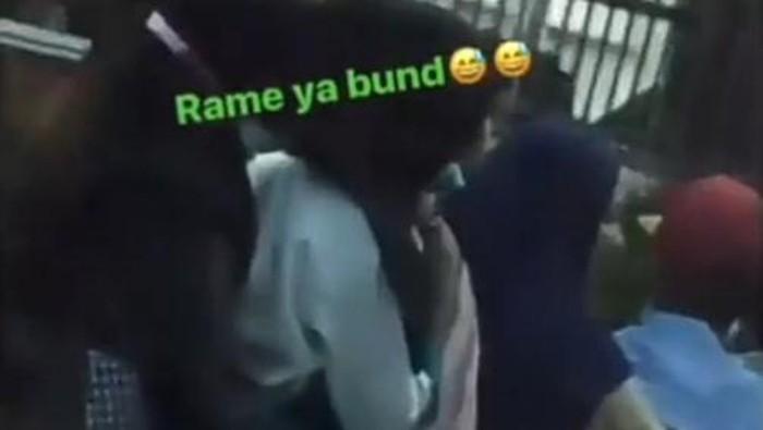 Screenshot video viral emak-emak bonceng 6 orang di Medan