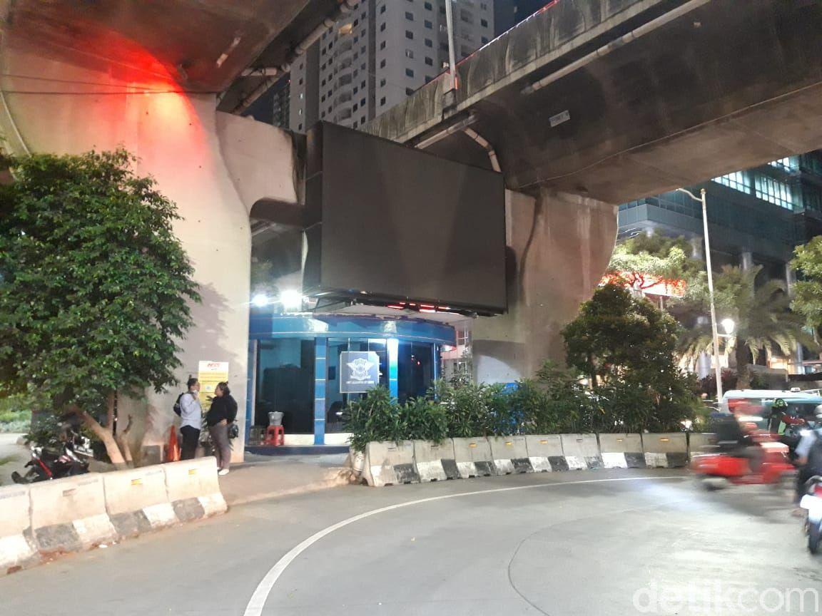 Situasi di median jalan kolong JLNT Casablanca, Jl Prof Dr Satrio, Kuningan, Jaksel, ada pos polisi, banyak pemotor parkir. (Rakha AD/detikcom)