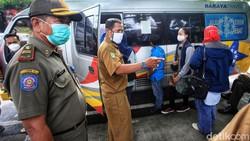 Pemudik yang balik dari kampung halaman menjalani tes swab antigen di Tangerang Selatan. Kali ini tes menyasar kepada pemudik yang menggunakan kendaraan travel.