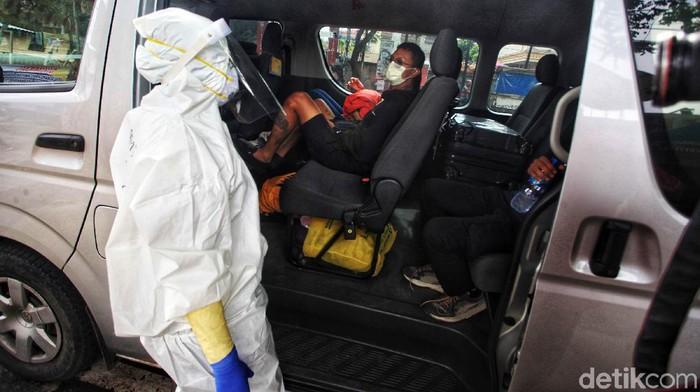 Pemudik yang balik dari kampung halaman menjalani tes swab antigen di Tangerang Selatan. Kali ini tes swab menyasar kepada pemudik yang menggunakan kendaraan travel.