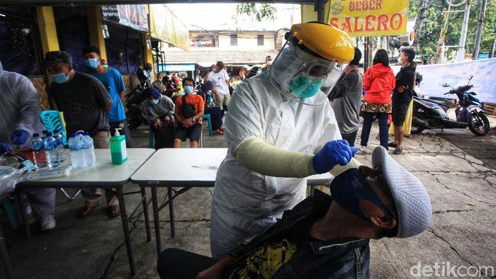 Petugas melakukan swab antigen kepada pemudik yang kembali ke Jakarta, di Jl HOS Cokroaminoto, Kreo, Larangan, Kota Tangerang, Banten, Selasa (18/5/2021). Tes menyasar kepada pemudik yang menggunakan kendaraan travel. Hingga pukul 10.00 WIB, sudah 91 orang ikut yes swab antigen ini dan belum ada yang terindikasi virus Covid-19.