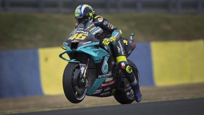 LE MANS, FRANCE - MAY 15: Valentino Rossi of Italy and Petronas Yamaha SRT tests the start during Qualifying for the MotoGP of France at Le Mans on May 15, 2021 in Le Mans, France. (Photo by Mirco Lazzari gp/Getty Images)