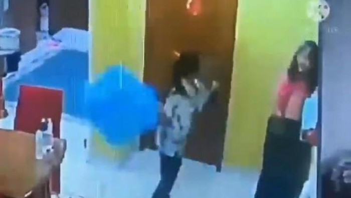 Viral ART aniaya ibu majikan (Screenshot video viral)