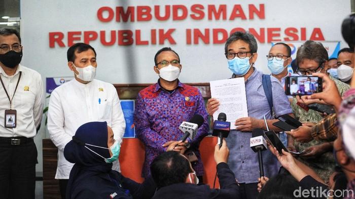 Direktur Jaringan Kerja Antar Komisi dan Antar Instansi KPK, Sujanarko bersama sejumlah pegawai dengan didampingi kuasa hukum memberi pernyataan pers di lobi gedung Ombudsman RI, Jakarta, Rabu (19/2021).