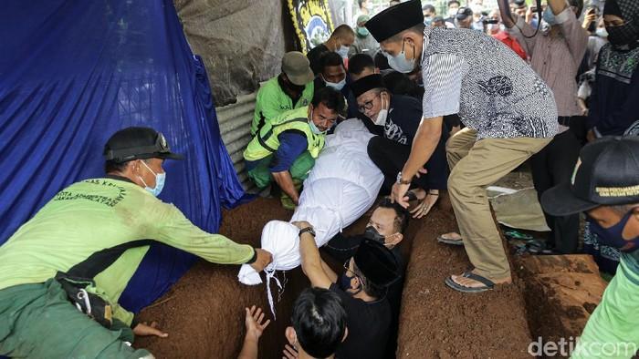 Jenazah mantan Juru Bicara Presiden RI ke-4 Abdurrahman Wahid, Wimar Witoelar, dimakamkan di TPU Tanah Kusir. Sejumlah tokoh publik hadiri prosesi pemakaman itu