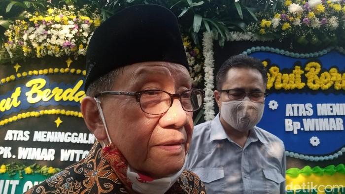 Akbar Tanjung hadiri pemakaman Wimar Witoelar di TPU Tanah Kusir, Jakarta