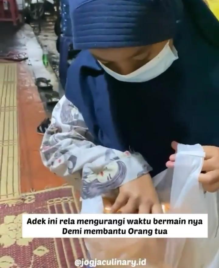 Bantu Orang Tua, Anak Ini Jualan Kerupuk Setiap Malam di Kawasan UGM