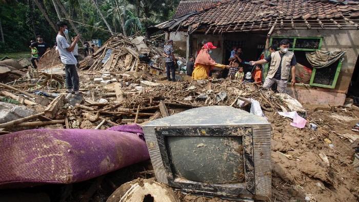 Suasana  terdampak banjir bandang di Desa Rengasjajar, Cigudeg, Kabupaten Bogor, Jawa Barat, Rabu (19/5/2021). Menurut data BPBD Kabupaten Bogor sebanyak 1.211 warga Desa Rengasjajar, Kecamatan Cigudeg menjadi korban terdampak bencana banjir bandang Sungai Cidangdeur yang terjadi pada Senin (17/5), jumlah tersebut berasal dari 362 Kepala Keluarga (KK) di sembilan RT dari empat RW yang dilintasi banjir bandang. ANTARA FOTO/Yulius Satria Wijaya/hp.