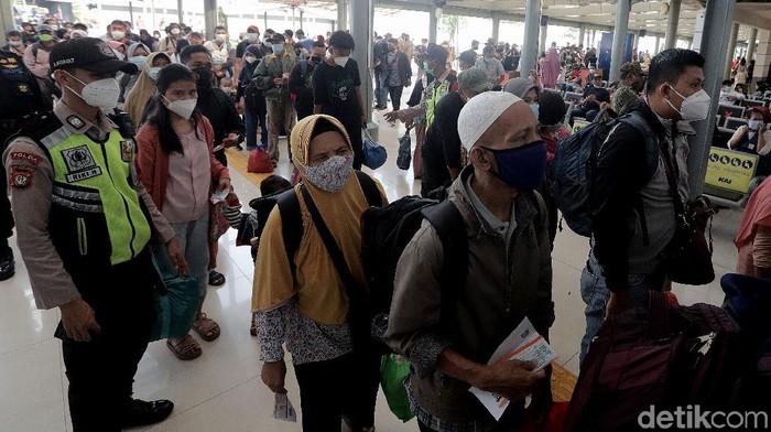 Aktivitas di Stasiun Pasar Senen tampak ramai oleh para penumpang. Mereka manfaatkan larangan mudik yang telah berakhir untuk pergi atau kembali ke Ibu Kota.