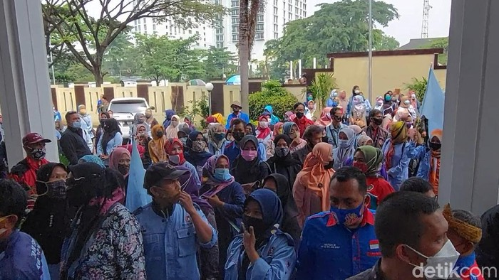 Buruh geruduk PHI Bandung hadiri putusan kasus PHK massal