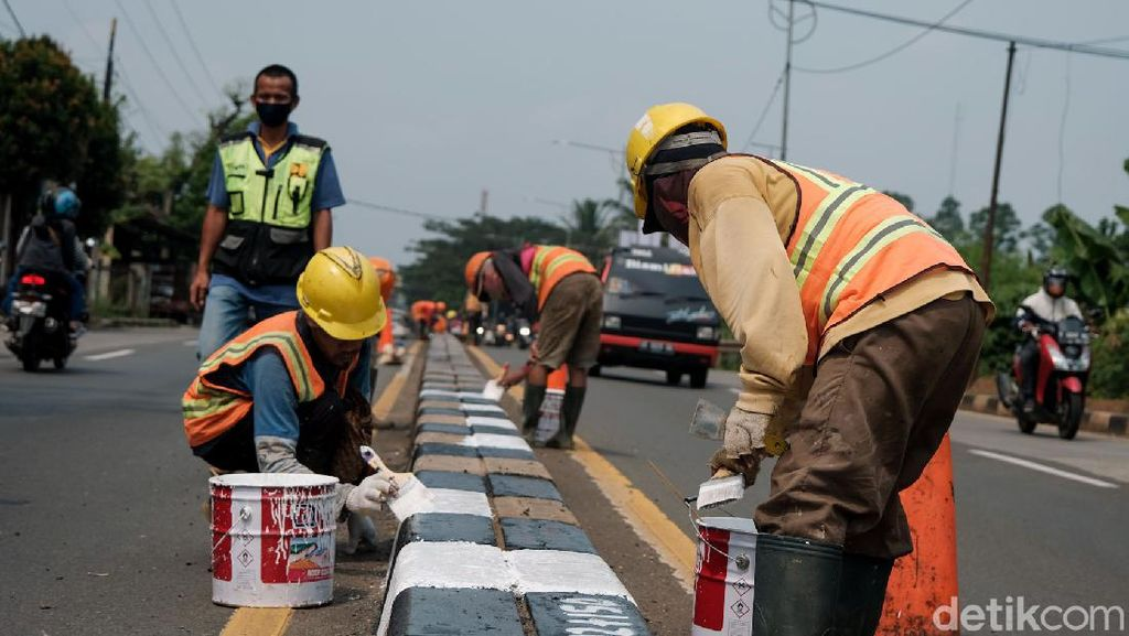 Cegah Kecelakaan, Median Jalan di Parung Dicat Ulang